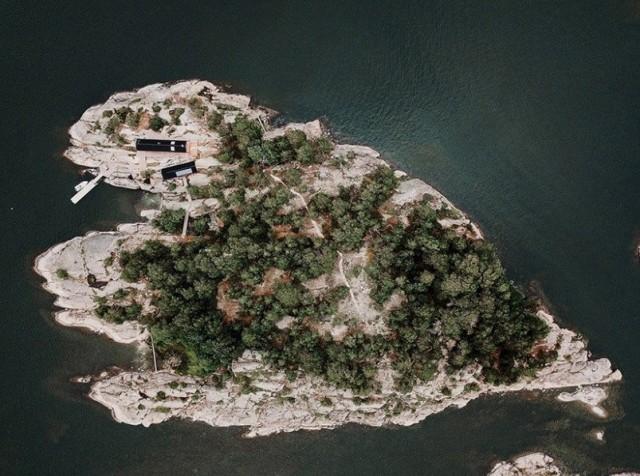 Пара купила себе остров и построила там несколько домов