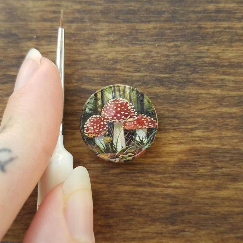 Художница умудряется нарисовать крошечные картины маслом на мелочи