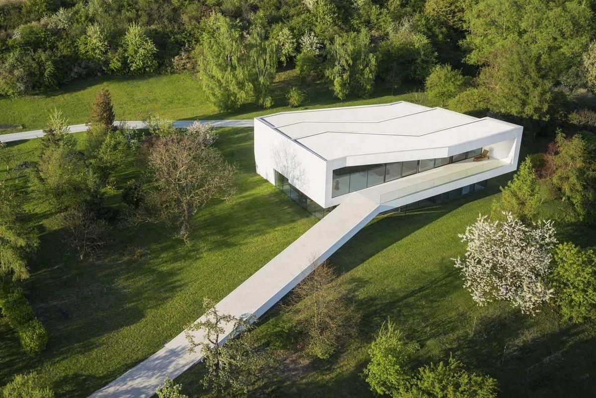 Частный дом с дорогой у реки в Польше