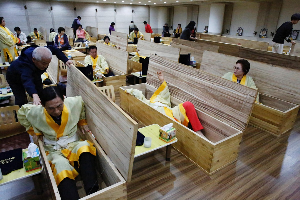 Массовые похороны для живых в Южной Корее