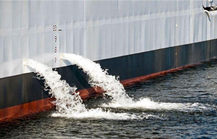 Почему из корабля постоянно вытекает вода?