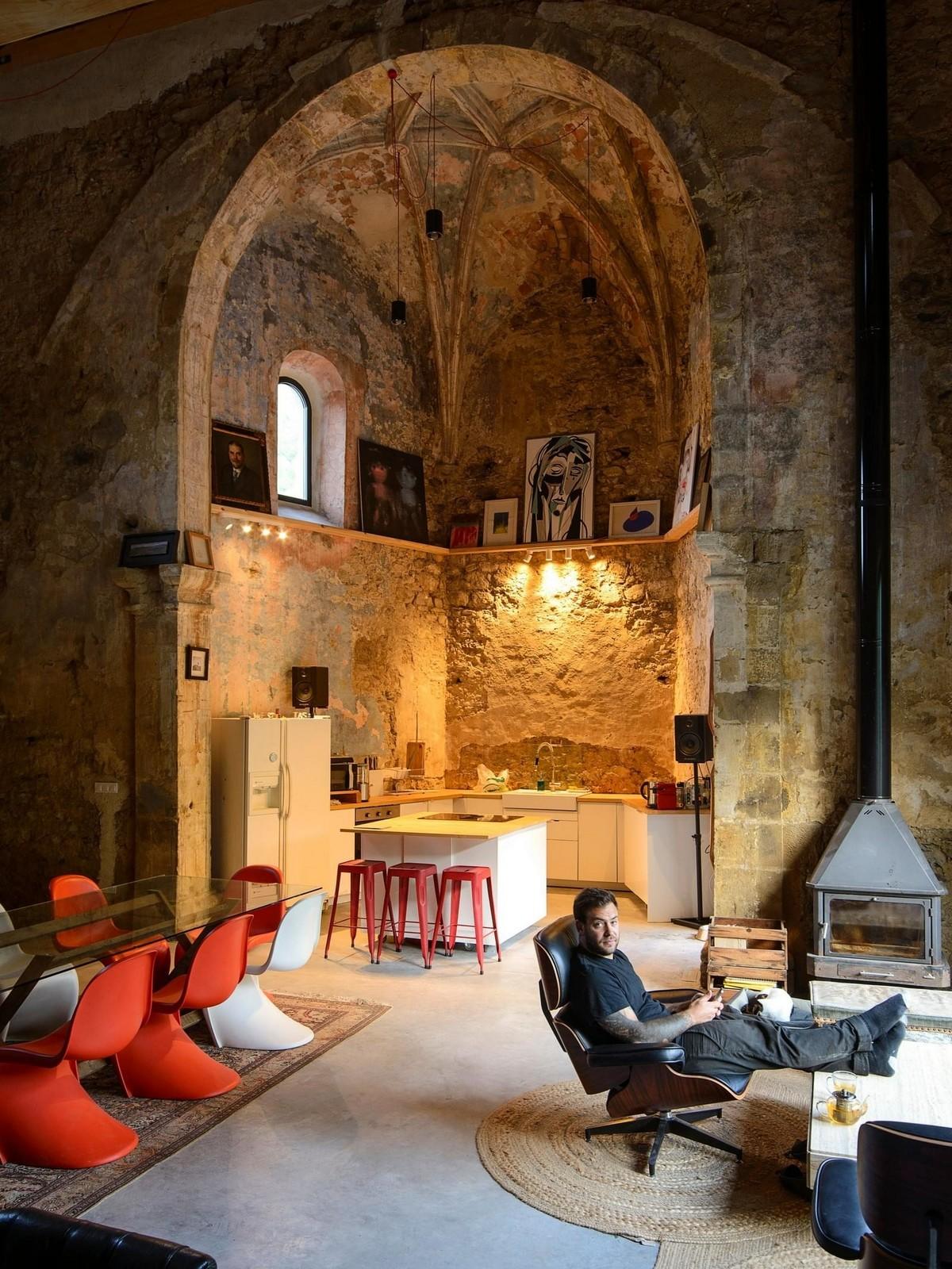 Дом в здании заброшенной церкви эпохи Возрождения в Испании