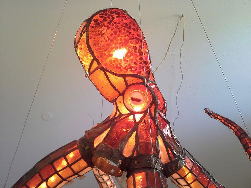Эффектная витражная люстра в виде осьминога