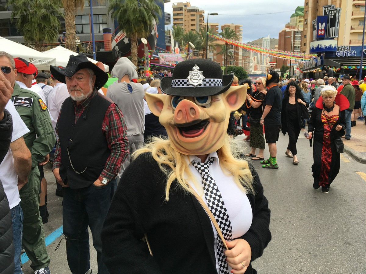 Ежегодный день маскарадных костюмов в Бенидорме