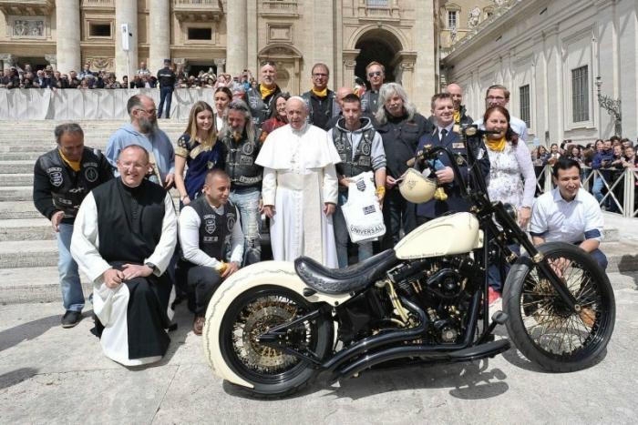 Подписанный Папой Римским Harley-Davidson, продали с аукциона