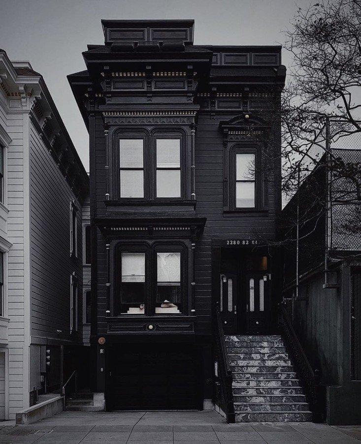 Привычные вещи в черном цвете выглядят стильно