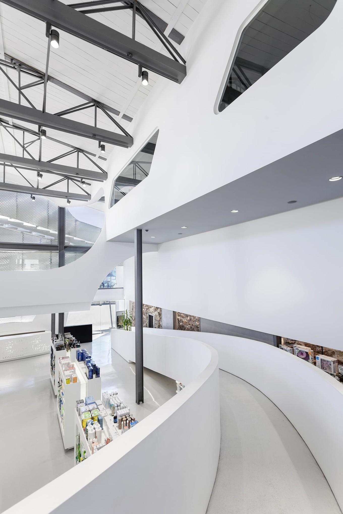 Необычный дизайн здания аптеки в Греции