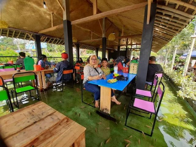 Ресторан-аквариум в Индонезии