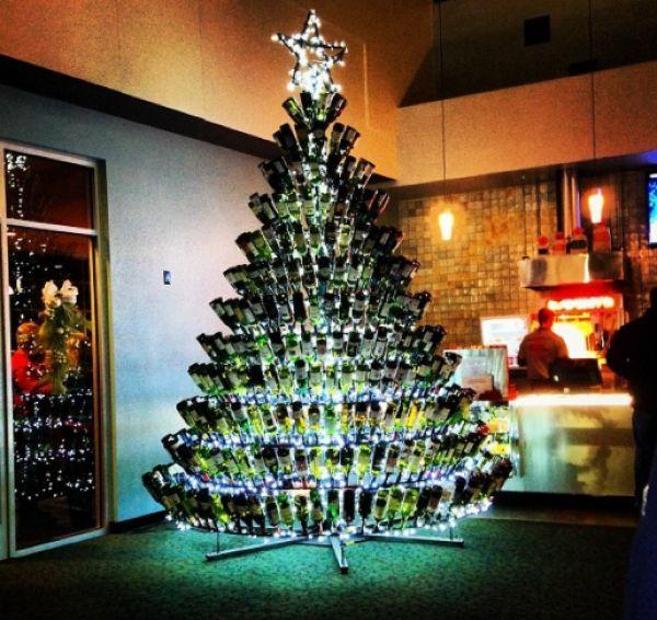 Отличные новогодние елки из пустых винных бутылок