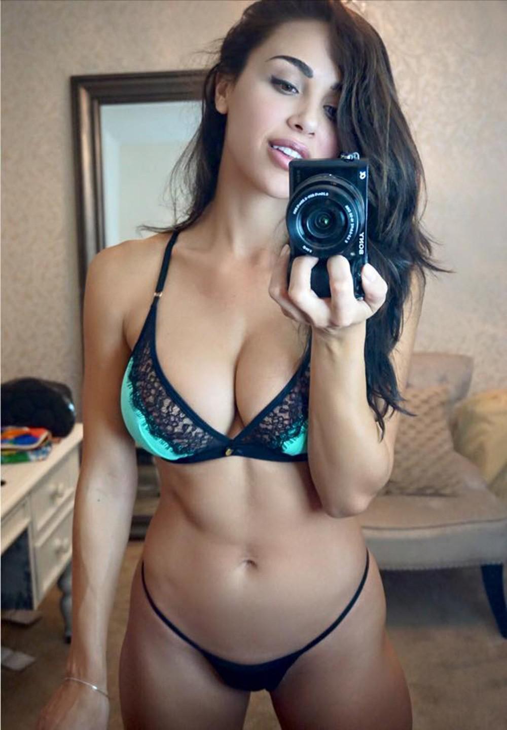 Красивые девушки любят делать селфи