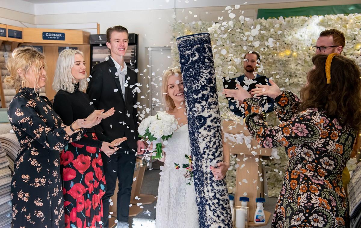 Мать-одиночка вышла замуж за ковер