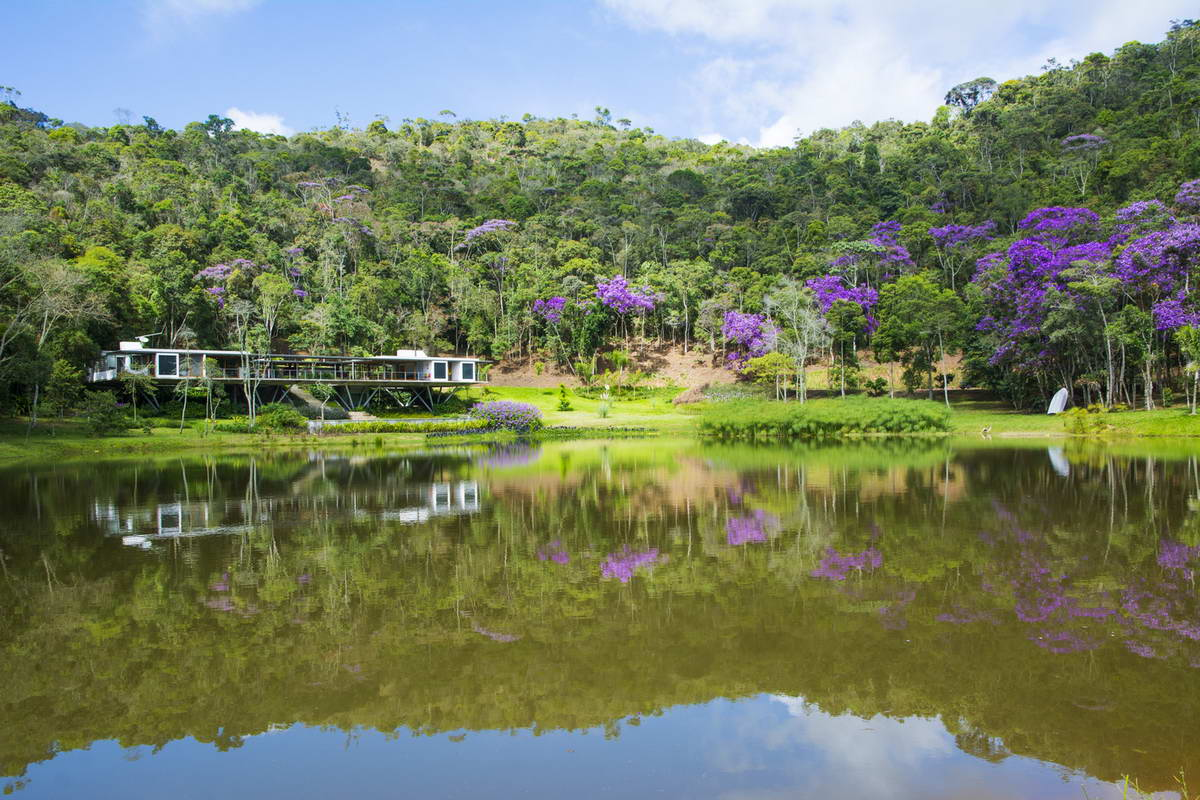 Одноэтажный дом с двором у озера в Бразилии
