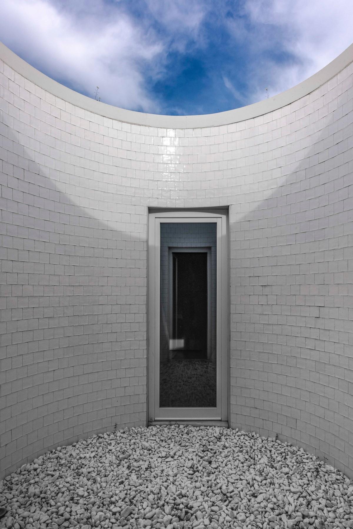 Необычный подземный дом в Португалии