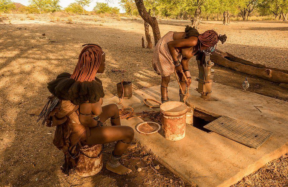Мужчины племени Химба со стадом ушли из-за засухи