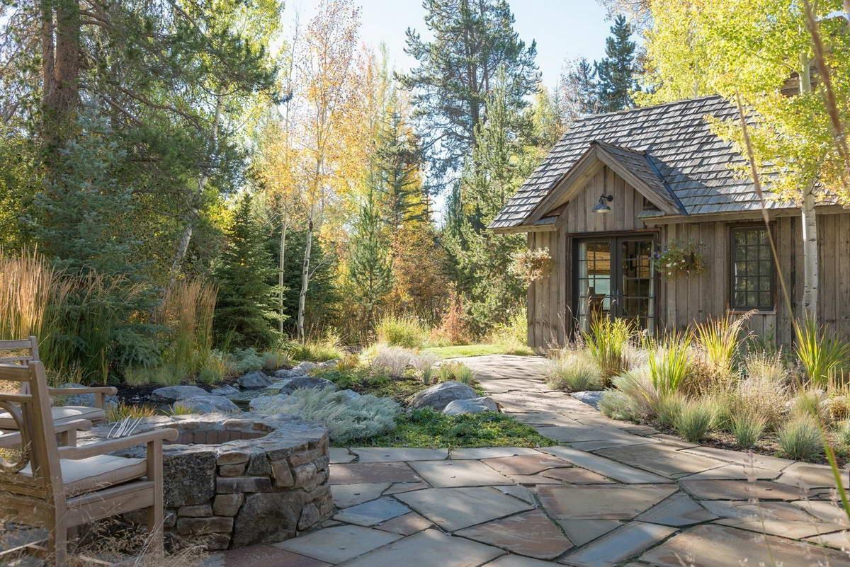 Традиционный лесной дом у ручья в США