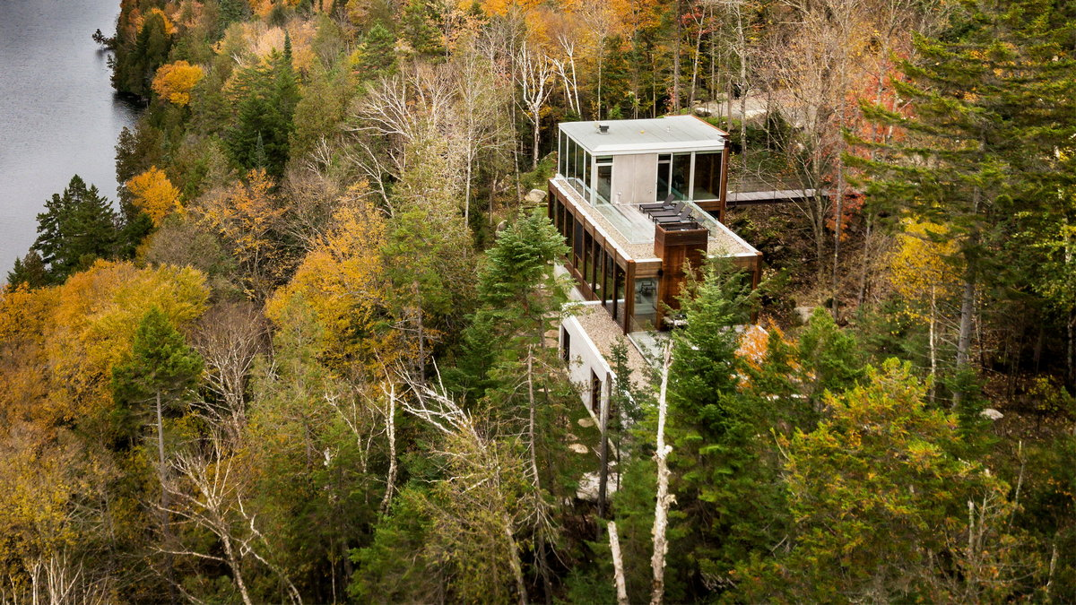 Лесной дачный дом на откосе в Канаде