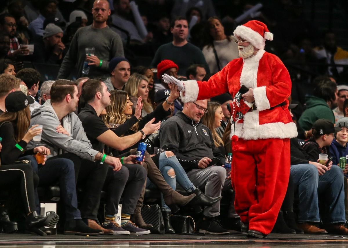 Санта-Клаусы и Деды Морозы на улицах городов
