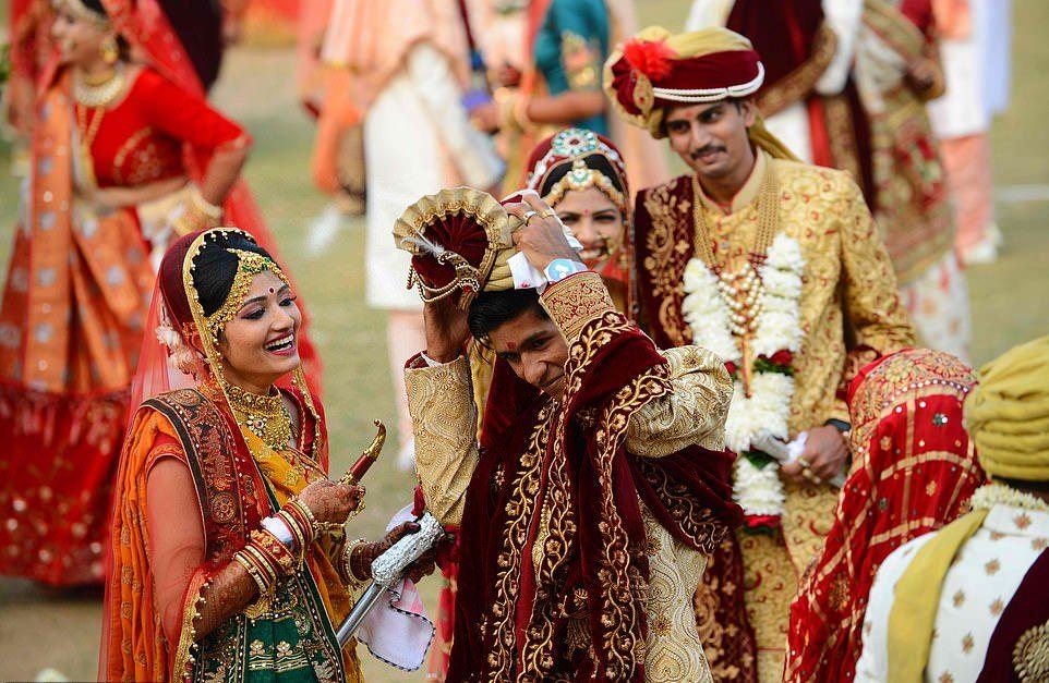 Массовое бракосочетание невест-сирот в Индии