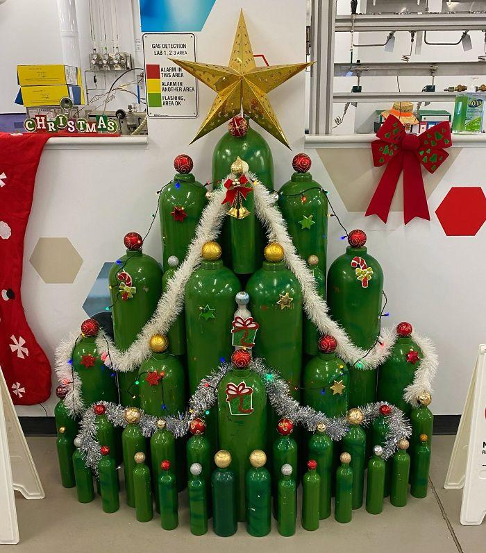 Необычные праздничные ёлки на рабочих местах