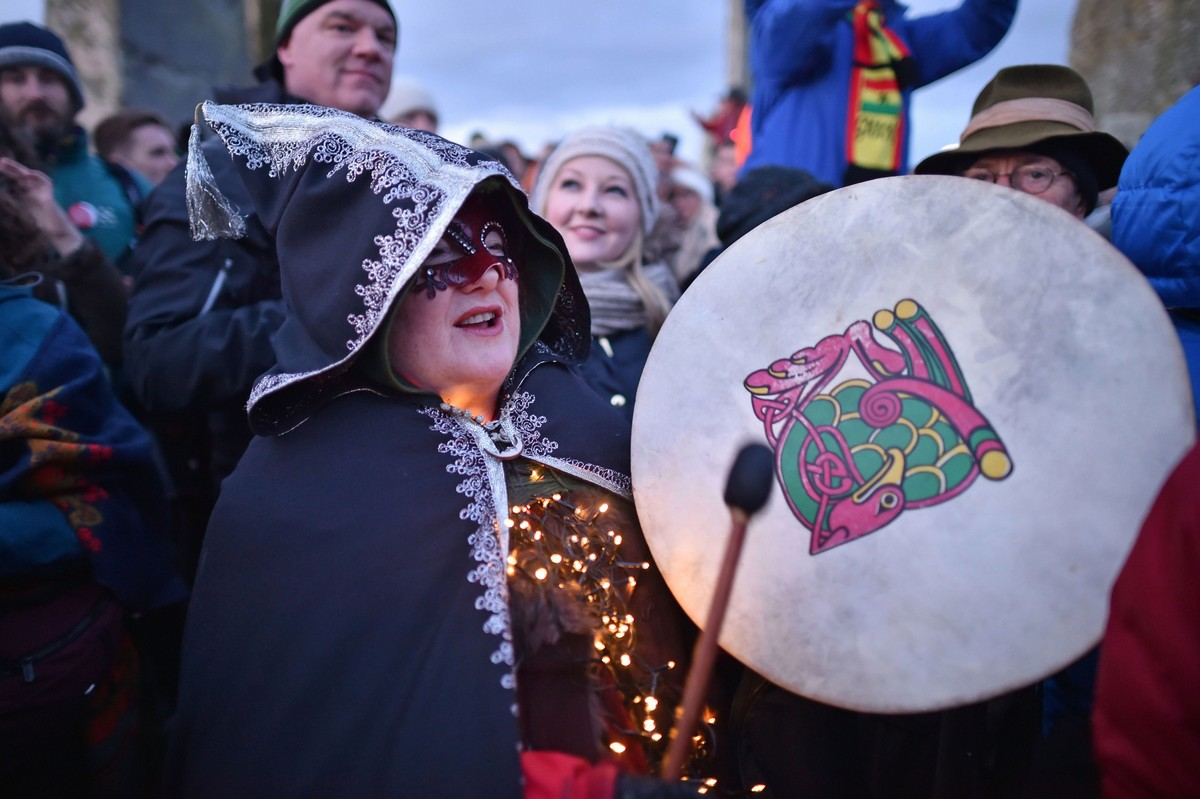 Тысячи людей собрались на зимнее солнцестояние в Стоунхендже