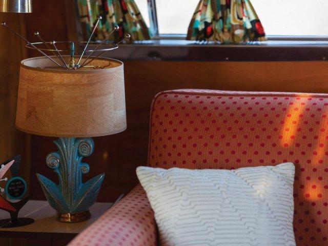 Стильный кемпер с интерьером в стиле ретро
