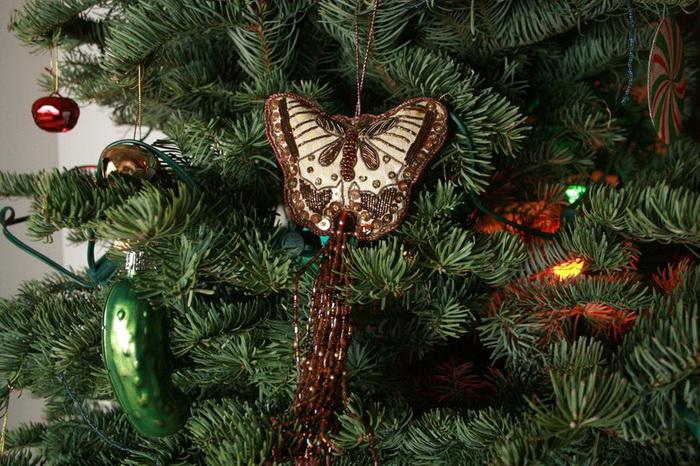 Почему американским детям нужно найти на рождественской ёлке огурец