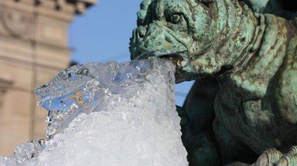 Закованные морозом гаргульи с сосульками