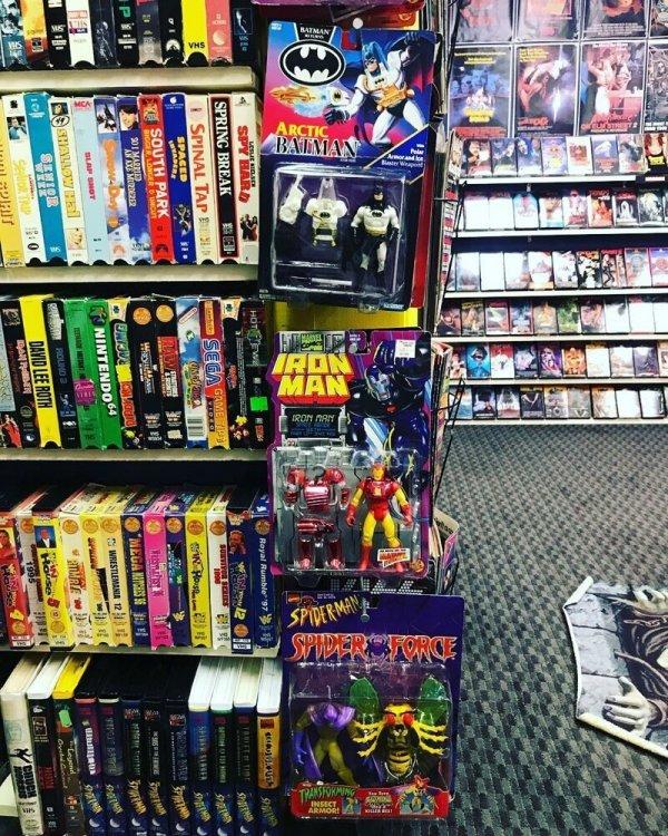 Парень открыл у себя в подвале магазин VHS видеокассет