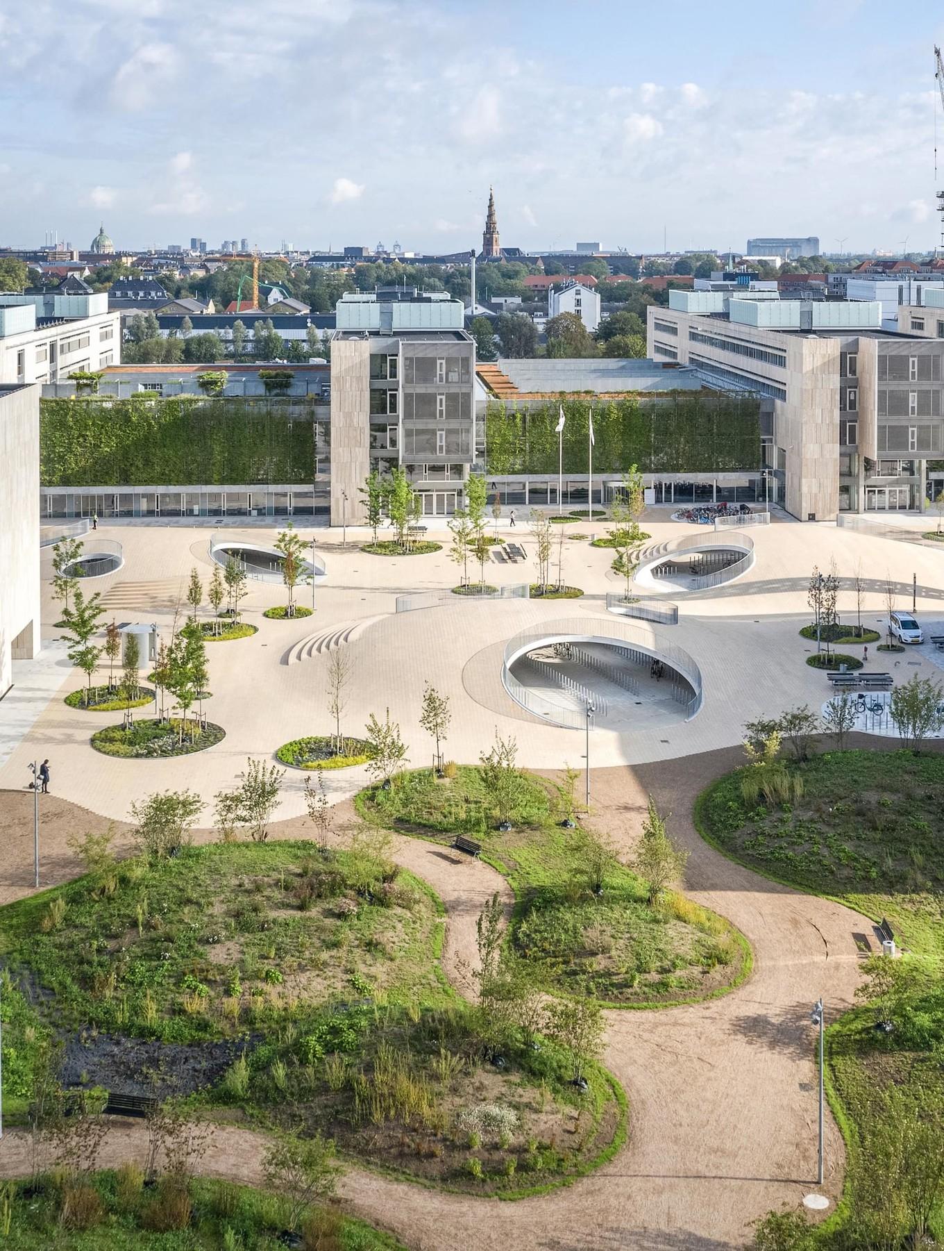 Велопарковка под бетонными холмами в Копенгагене