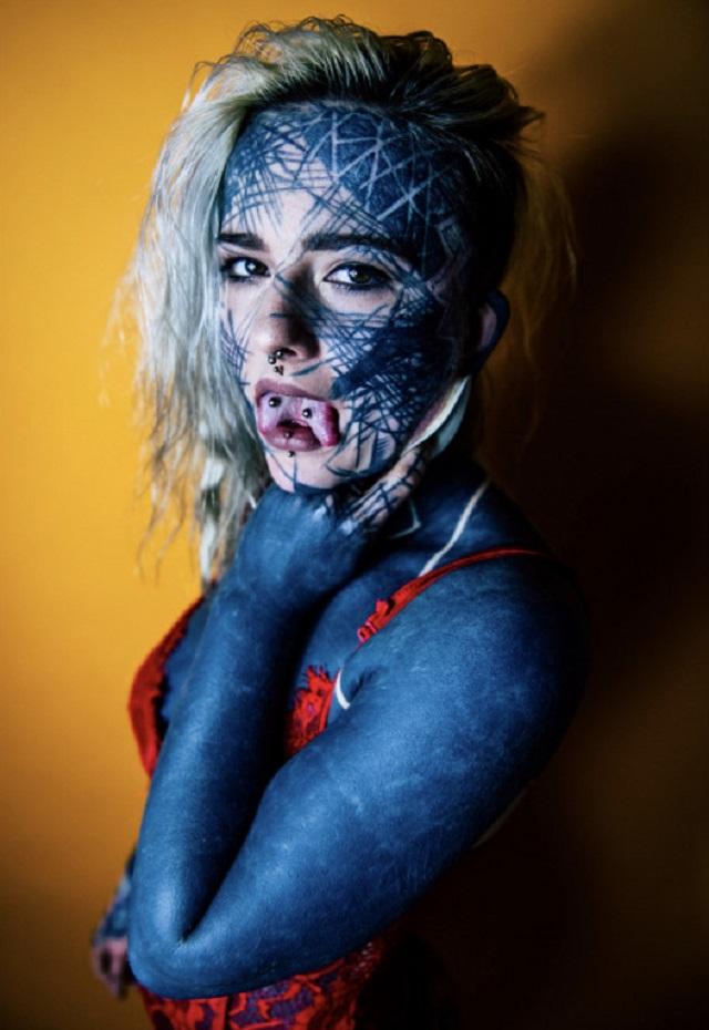 Девушка из Шотландии покрыла 90% тела черной краской