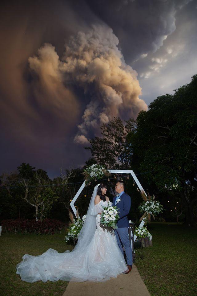 Свадебную церемонию провели на фоне извергающегося вулкана Тааль