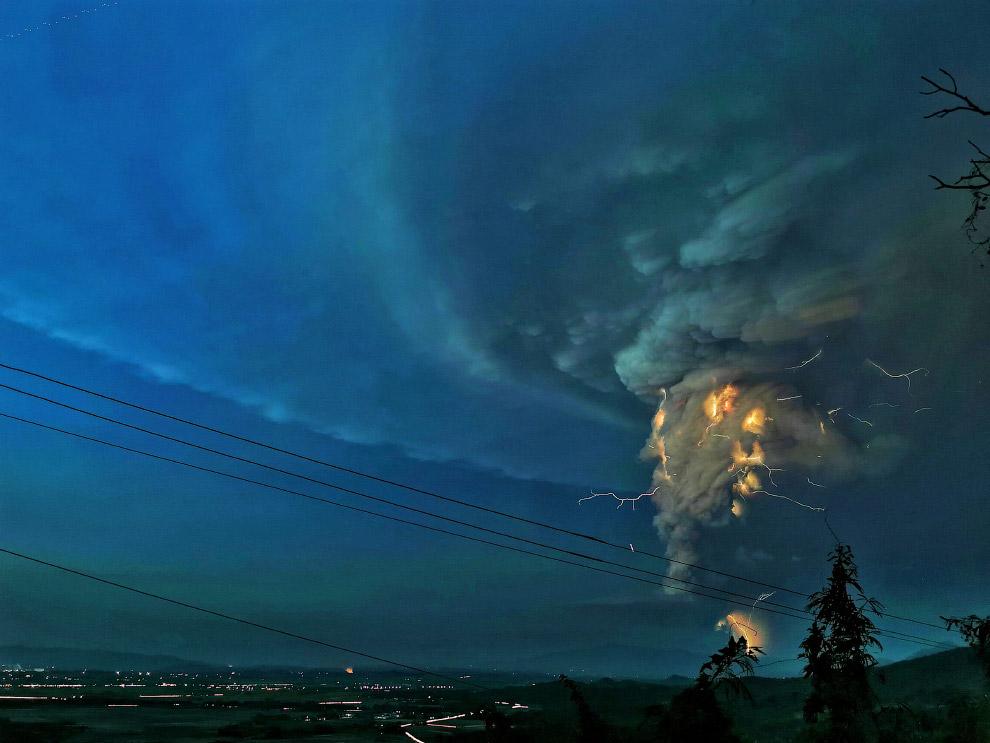 Извержения вулкана Тааль на Филиппинах (ФОТО)