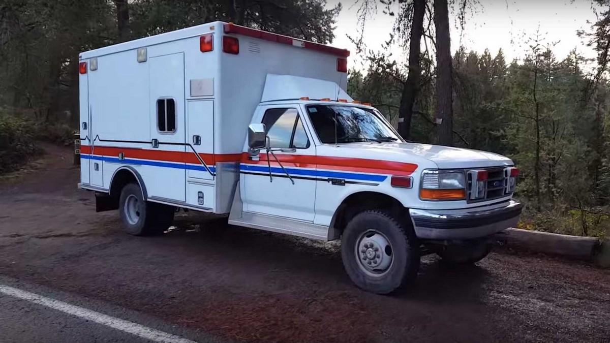 Американец переделал старую карету скорой помощи в дом на колесах
