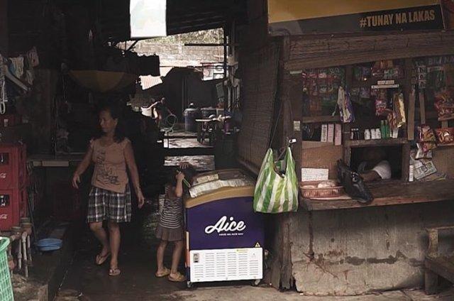 Филиппинская пара усыновила ребенка Джайви, который через несколько лет отблагодарил родителей