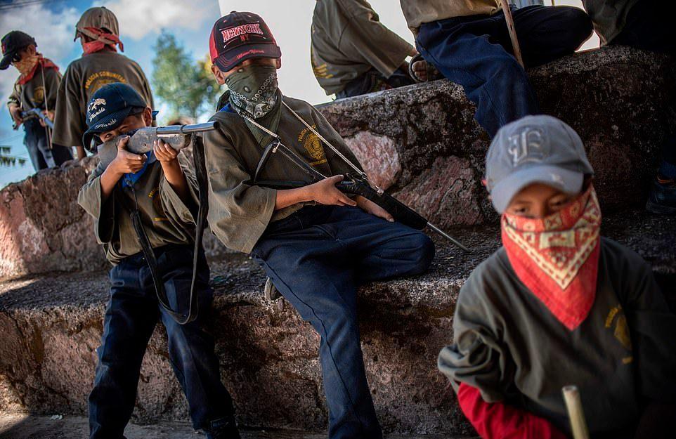 Мексиканских детей обучают обращаться с оружием с 5 лет