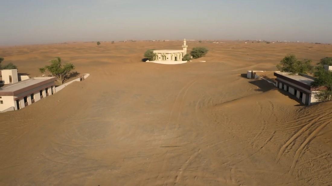 Призрачная заброшенная деревня в пустыне недалеко от Дубая