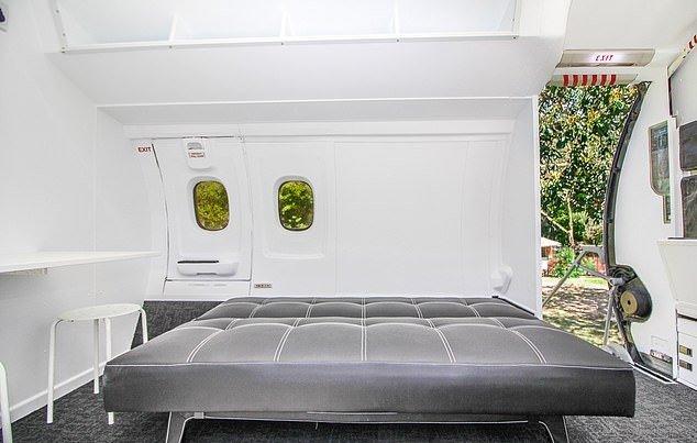 Миниатюрный домик из учебного самолета