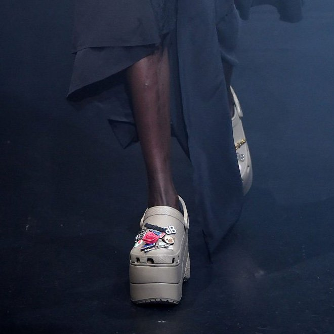 Модный бренд Balenciaga продаёт кроксы на платформе за 850 долларов
