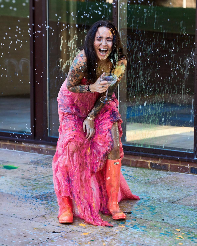 Британка решила отпраздновать развод и уничтожила дорогое свадебное платье