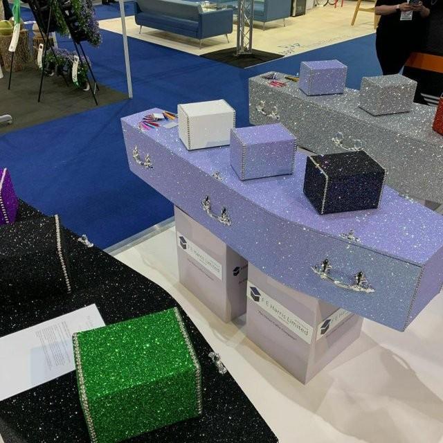 В Британии выпускают гробы с блестками