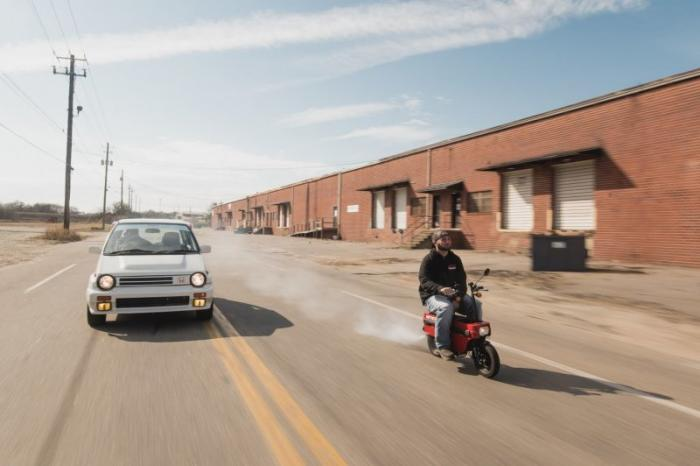 Honda City Turbo II со скутером Motocompo в багажнике