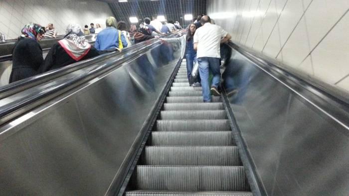 Для чего поручень эскалатора в метро движется быстрее ступенек