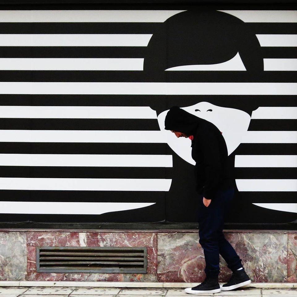Неожиданные совпадения на снимках уличного фотографа Антимоса Нтагкаса