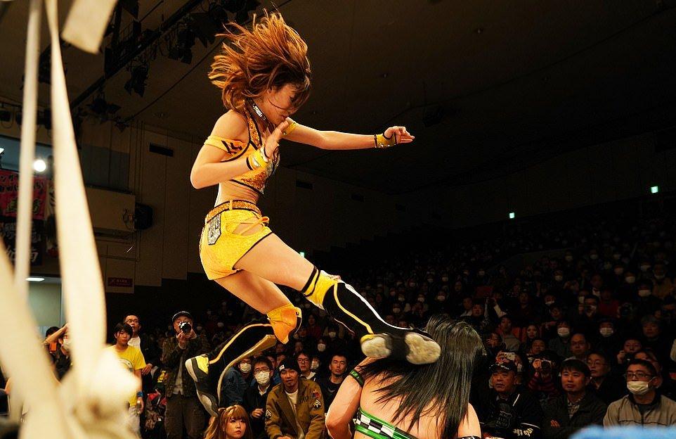 Эффектный женский реслинг в Японии