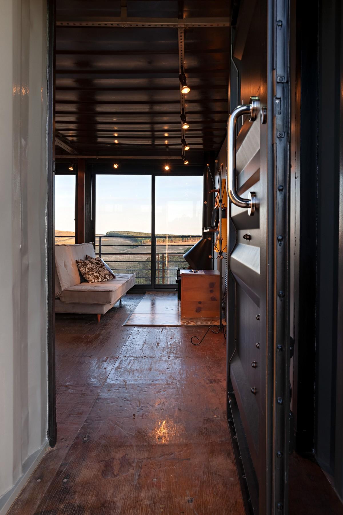 Контейнерный дом-гостиница Камбара в Бразилии