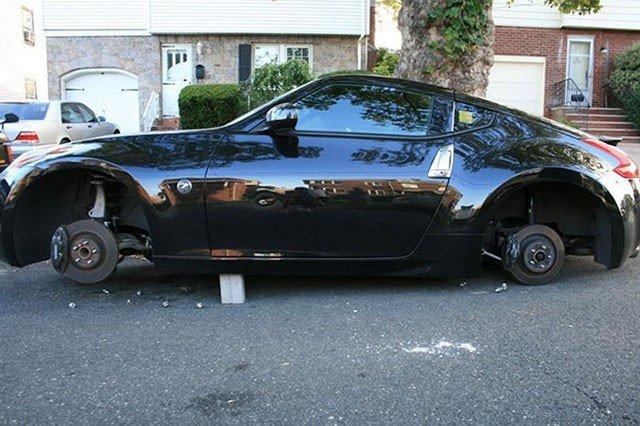 Разутые машины, у которых похитили колеса