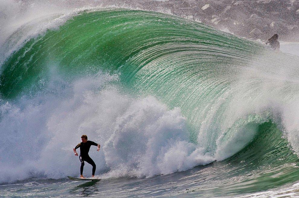 Серфинг и люди, которые находятся на гребне волны