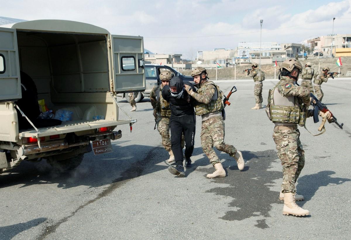 Курдские выпускники-офицеры продемонстрировали свои навыки