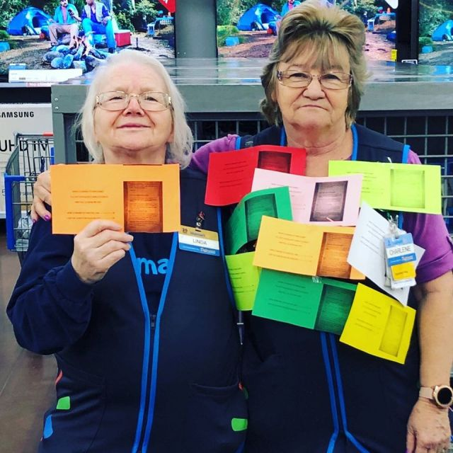 Пожилая сотрудница супермаркета покорила соцсети забавными снимками