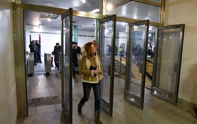 Зачем на входе в метро такие большие и тяжелые двери